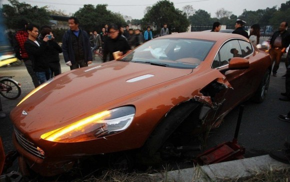 Destrozan un Aston Martin Rapide en China