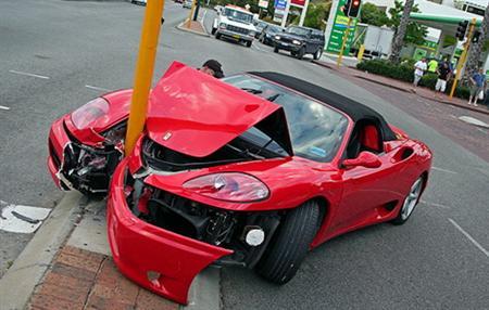 Accidente de un Ferrari 360 Spider contra una farola