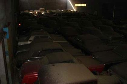 Encuentran un almacén cerrado durante 15 años con 180 coches clásicos