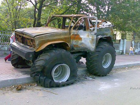 Bigfoot abandonado y quemado en la calle