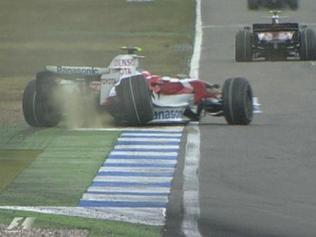 Timo Glock instantes antes de sufrir el impacto lateral
