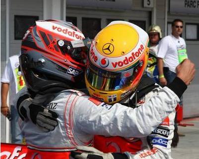 Abrazo de ambos pilotos de McLaren