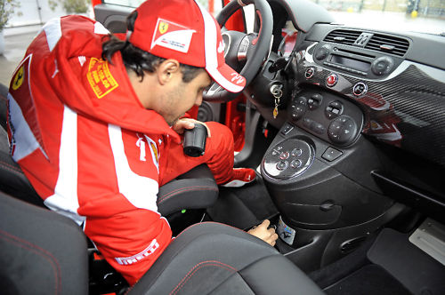Felipe Massa firmando