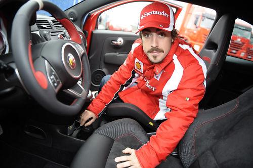 Fernando Alonso firmando