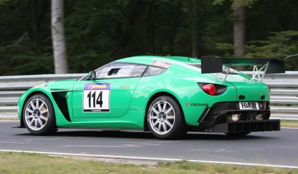Aston Martin V12 Vantage Zagato hace su peculiar debut en competición