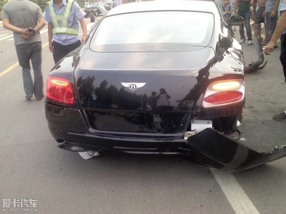 Un Bentley Continental GT pierde sus ruedas traseras en China