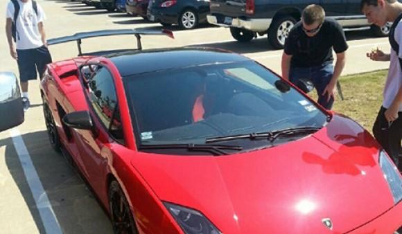Un chaval de 15 años conduce su Lamborghini edición limitada al instituto