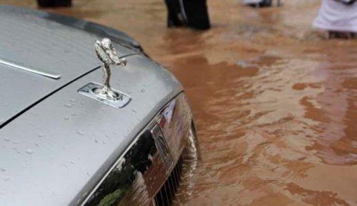 Inundan un Rolls-Royce Ghost en Indonesia