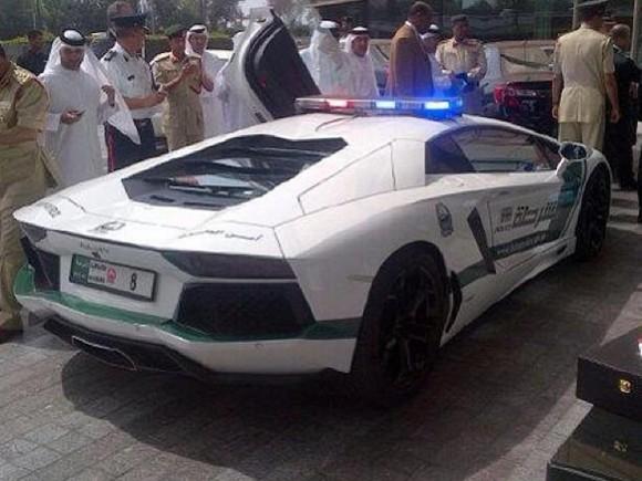 La policía de Dubai estrena Lamborghini Aventador