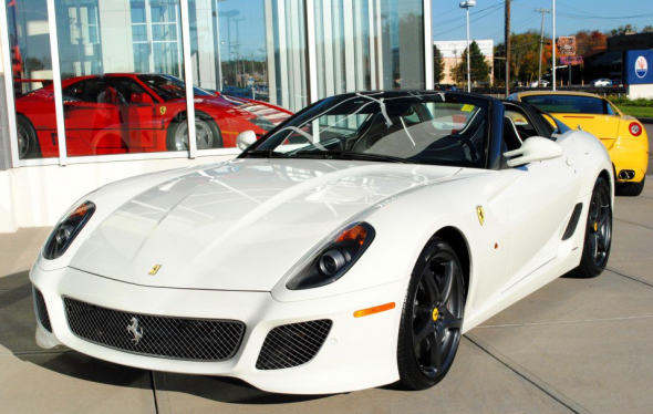 A la venta un exclusivo Ferrari 599 SA Aperta de color blanco 1