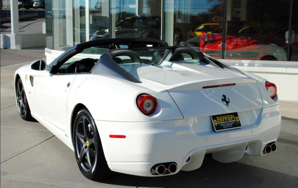 A la venta un exclusivo Ferrari 599 SA Aperta de color blanco 3