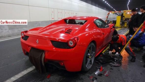 Destrozan un Ferrari 458 Spider chino dentro de un túnel 3