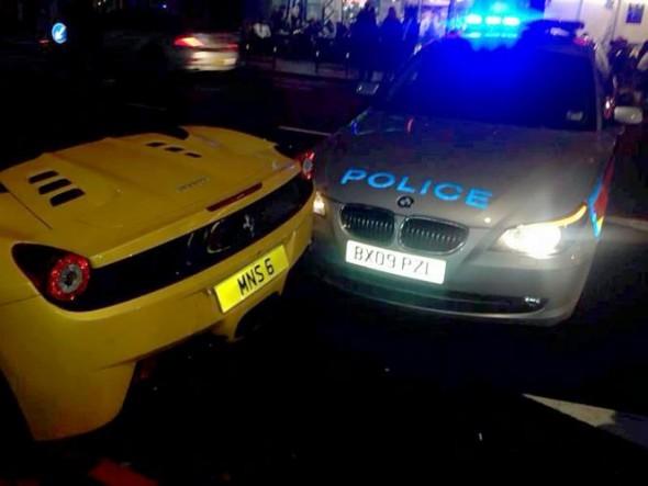 Estrellan un coche de policía contra un Ferrari 458 Italia 1