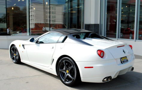 A la venta un exclusivo Ferrari 599 SA Aperta de color blanco