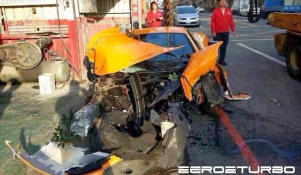 Destrozan un McLaren MP4-12C en Taiwán 1