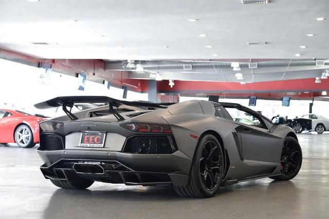 A la venta un Lamborghini Aventador Roadster modificado por Liberty Walk 3