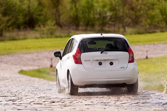 ¿Harto de lavar el coche? Nissan ya trabaja en la pintura autolimpiable 2