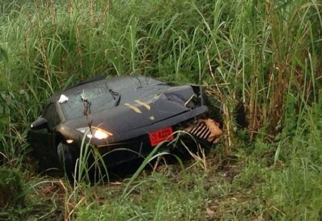 Conductor sale ileso tras partir por la mitad un Lamborghini Gallardo  3