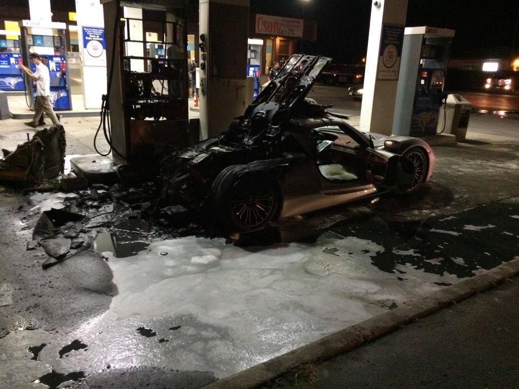 Vídeo: Un Porsche 918 Spyder es pasto de las llamas en una gasolinera 2