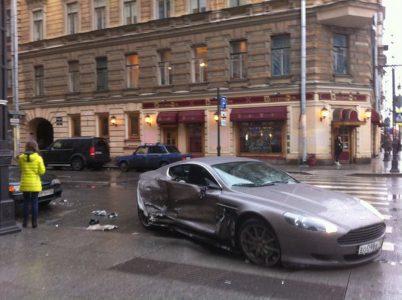 Un joven de 15 años destroza su Aston Martin en Rusia