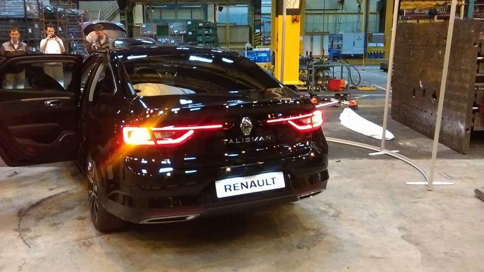 """Primeras fotos """"reales"""" del Renault Talismán, así es el nuevo sedán francés en la calle 3"""