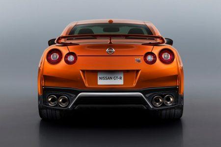 Nissan GT-R 2017: Mejora constante, con un morro más afilado y un interior renovado