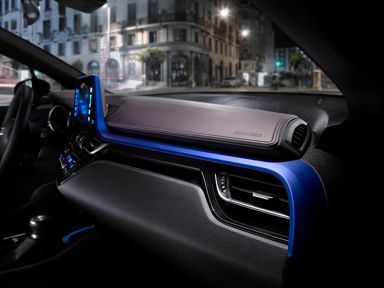 Así es el interior del crossover Toyota C-HR: Una disposición atrevida 3