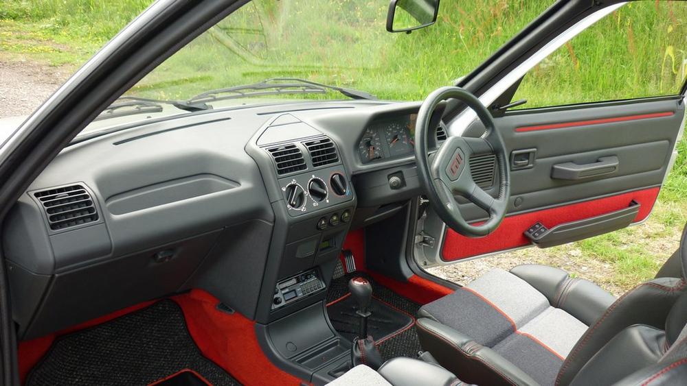 ¿Te gastarías 36.000 euros en un Peugeot 205 GTI en perfecto estado? Alguien lo ha hecho 8