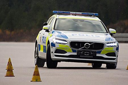 ¿Qué te parece el Volvo V90 vestido con el uniforme de la policía sueca?