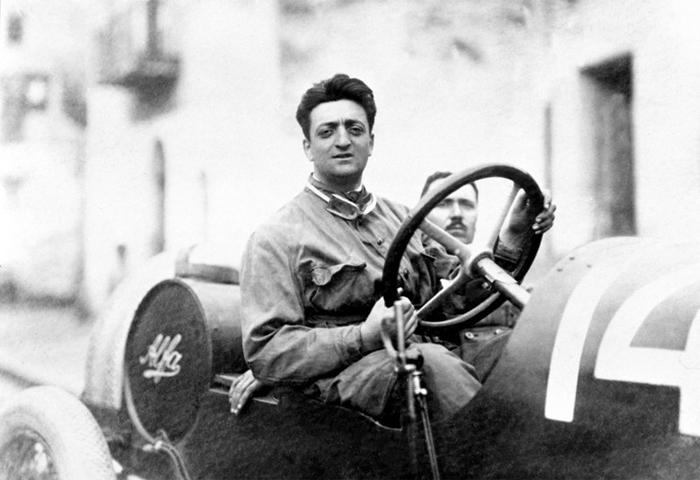 ¡De vergüenza! La policía arresta a 34 personas que planeaban robar el cadáver de Enzo Ferrari