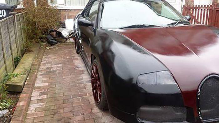 ¡Arrancadme los ojos! Esto era antes un MG F y ahora es un intento de Bugatti Veyron