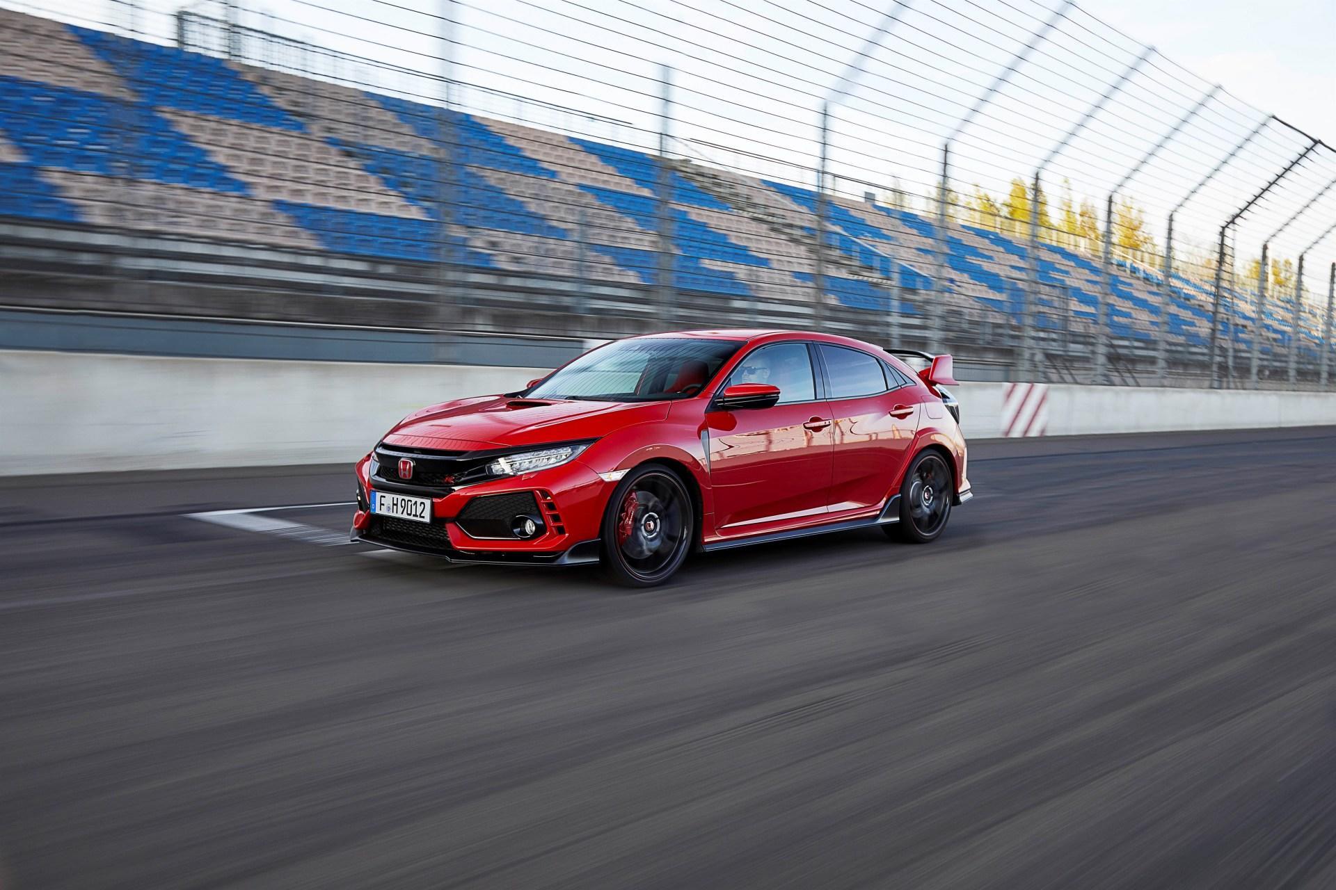 ¿Por qué tiene tres salidas de escape el Honda Civic Type R? ¿tienen utilidad real o es una oda al tuning?
