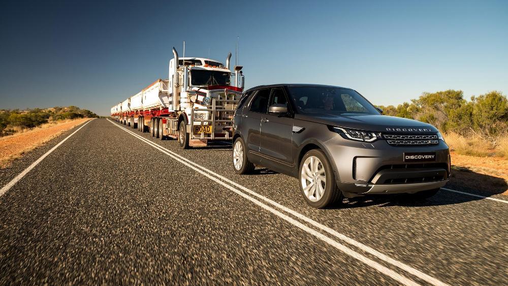 video-el-nuevo-land-rover-discovery-es-capaz-de-remolcar-un-camion-de-110-toneladas-08