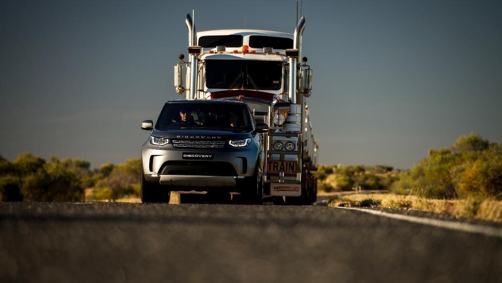 video-el-nuevo-land-rover-discovery-es-capaz-de-remolcar-un-camion-de-110-toneladas-09