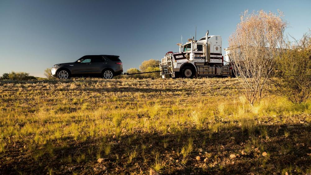 video-el-nuevo-land-rover-discovery-es-capaz-de-remolcar-un-camion-de-110-toneladas-11
