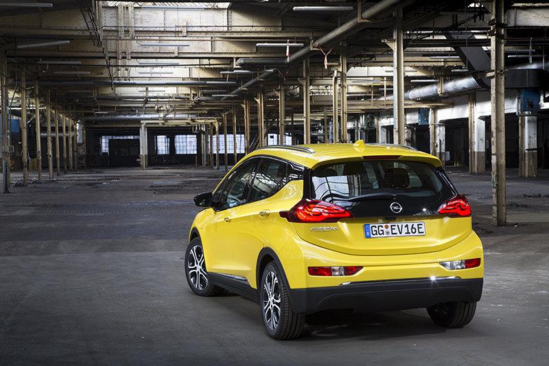 ¿Ahogado en su propio éxito? Opel tiene que paralizar las ventas del Ampera-e por no dar a basto con la demanda