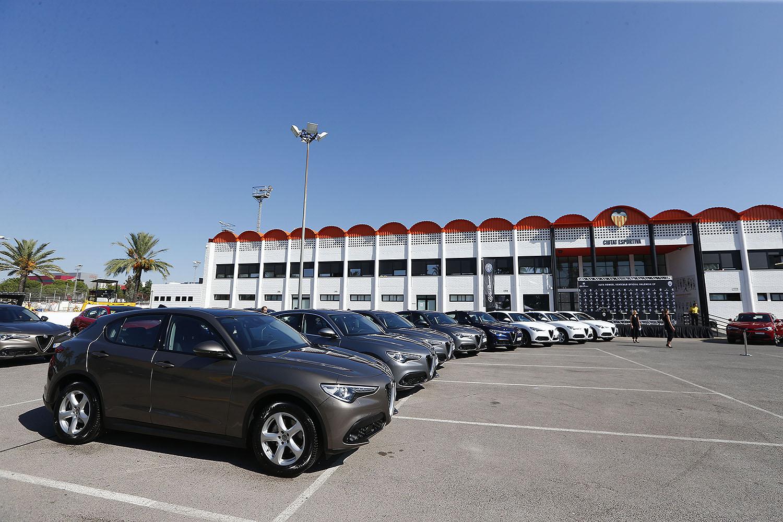 Alfa Romeo hace entrega de vehículos a la plantilla del Valencia CF: ¿Qué modelos han elegido?