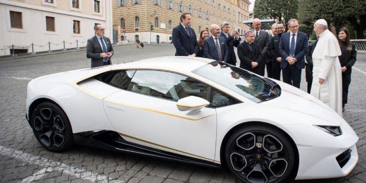 El papa Francisco recibe un Lamborghini Huracan de regalo... y decide subastarlo
