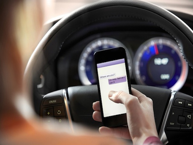 La DGT podría no quitar puntos por el uso del móvil en semáforos o atascos