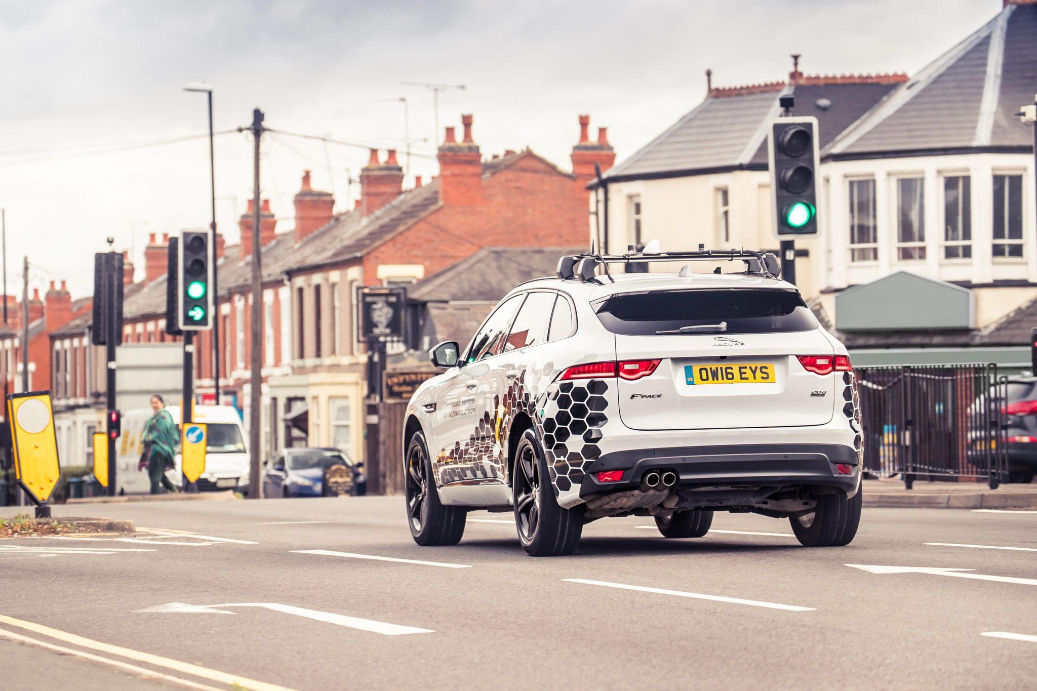 Jaguar Land Rover quiere que evites los semáforos en rojo con una tecnología nueva