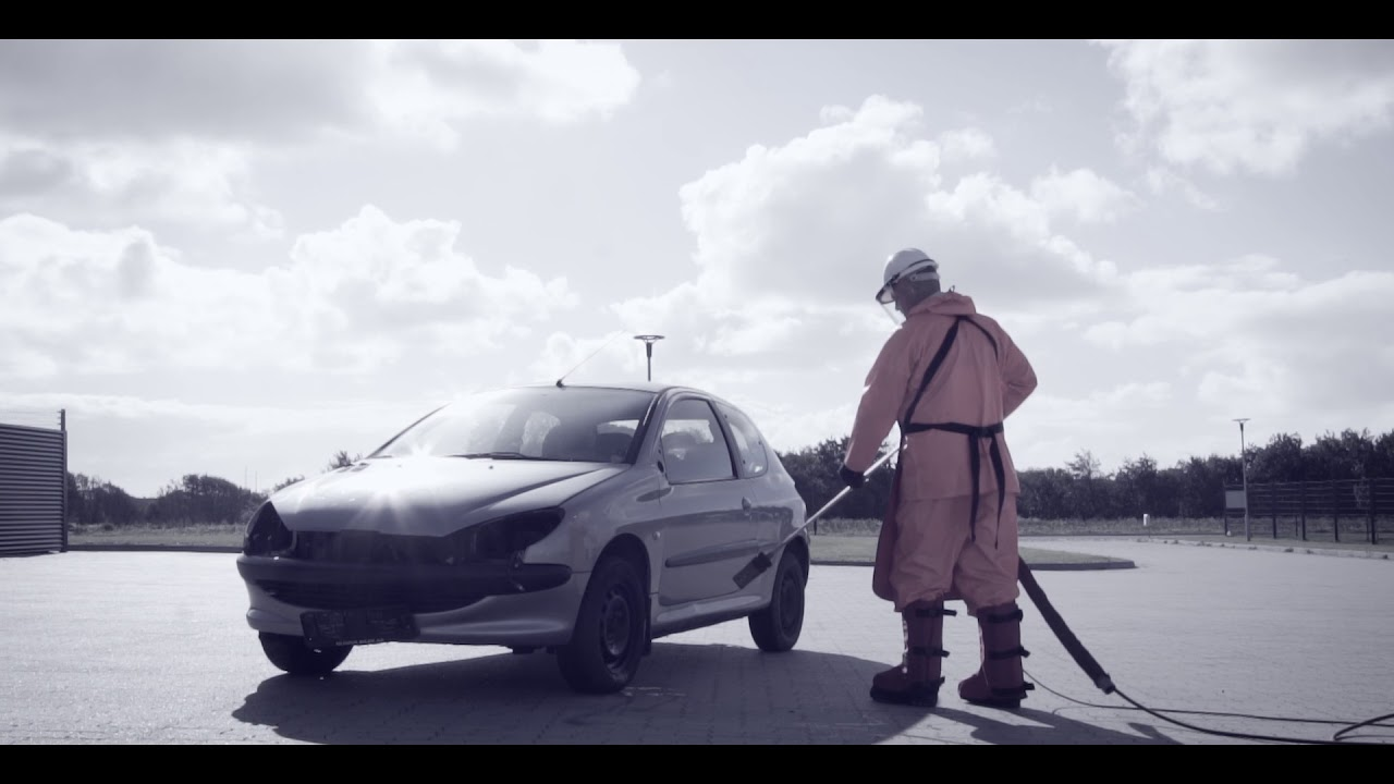 Cleaning a car with a 3000 bar power washer