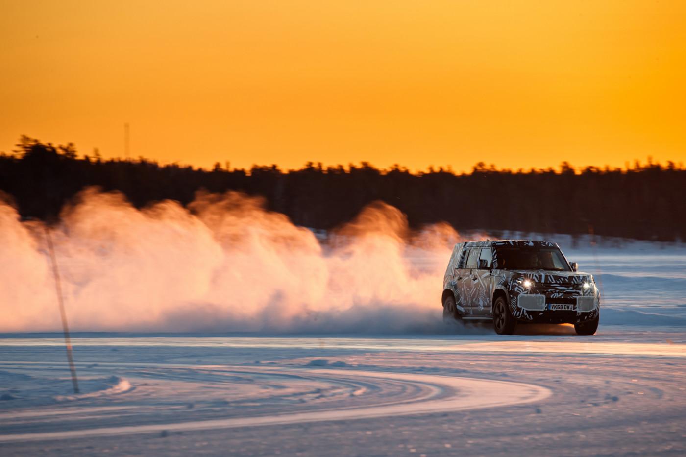 Oficial: Land Rover nos enseña el nuevo Defender en su hábitat natural, lo veremos este año