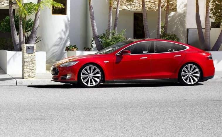 Tesla avisa de una escasez de minerales para fabricar baterías de coches eléctricos: ¿Cómo se presenta el futuro?