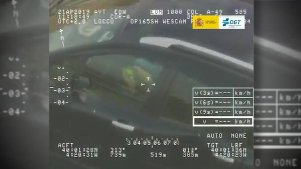 Este conductor iba distraído resolviendo un cubo de Rubik y ha sido cazado por el helicóptero Pegasus