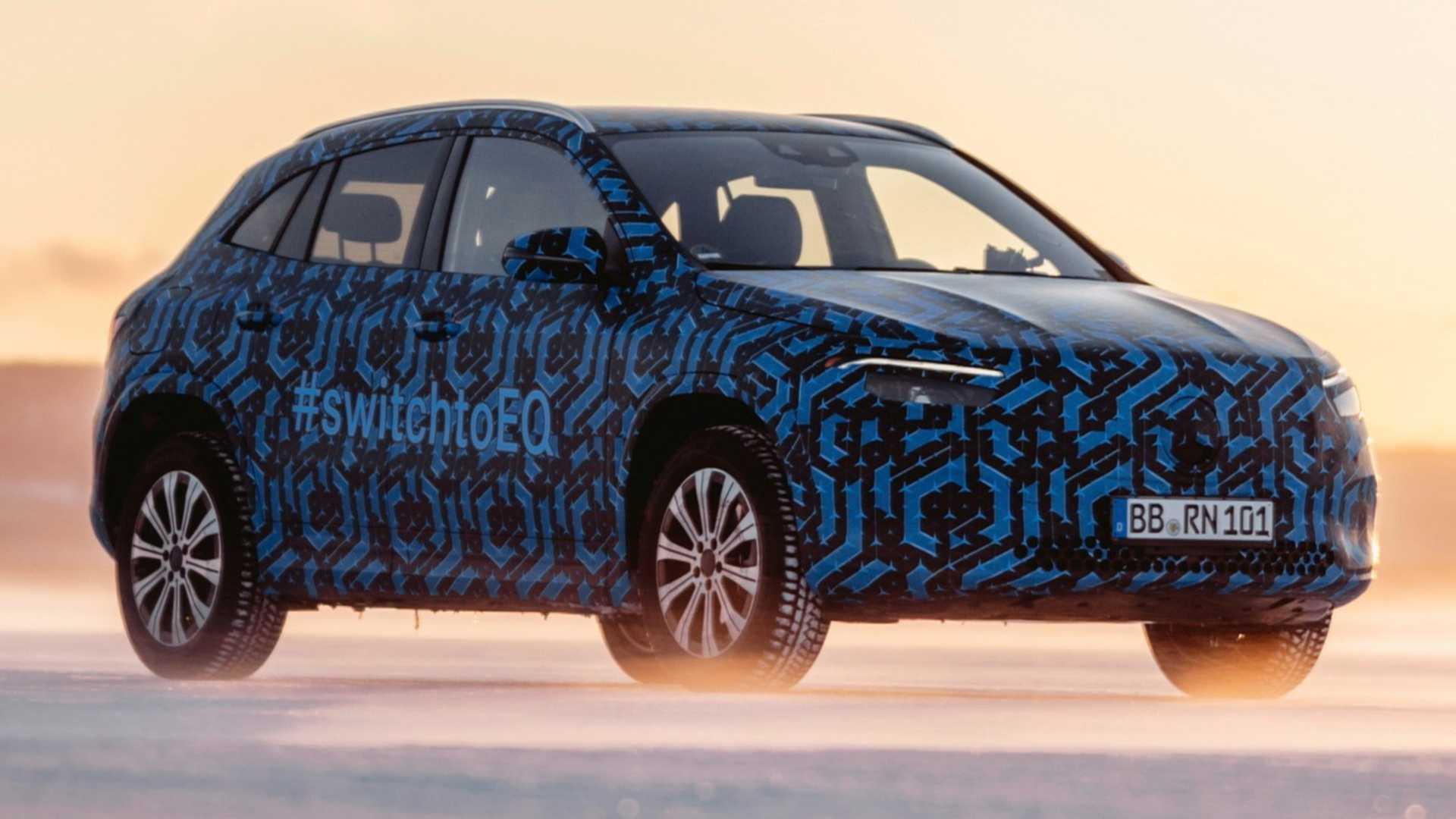 Primer vistazo al nuevo Mercedes EQA: así se mueve en la nieve