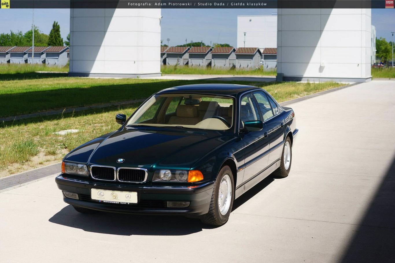 Este BMW 740i E38 de 1998 ha permanecido sin estrenar en una cápsula del tiempo... y se ha vendido por 120.050 euros